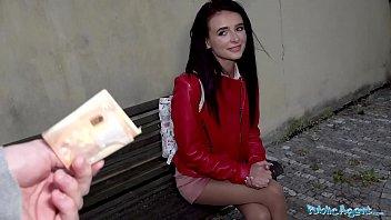 Блондиночка в мини-юбке обслужила мужика дырочкой