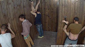 Лесбиянка в шляпе выдавливает из задницы молоко на сиськи подруги