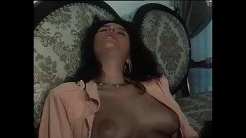 Сучка с хвостиками до женского оргазма ласкает свою волосатую писю вибратором