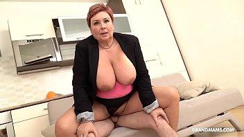 Голубоглазая девушка ловит оргазм от порно в анус с отважным миком блу