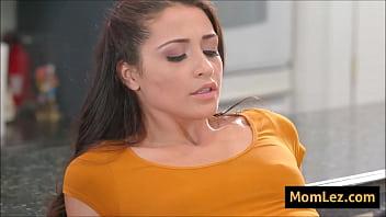 Пышногрудая блондиночка дрочит писю секс игрушкой возле бассейна
