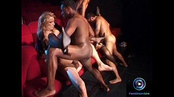 Крепкий негритос пердолит худенькую блондиночку на дивана