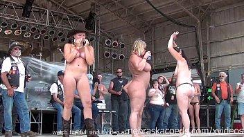 Без лишней одежды девушки принимают в две вульвы фаллосы молодчиков