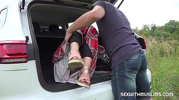 Негритяночка изгаляется над пареньком и сует в уретру спицы